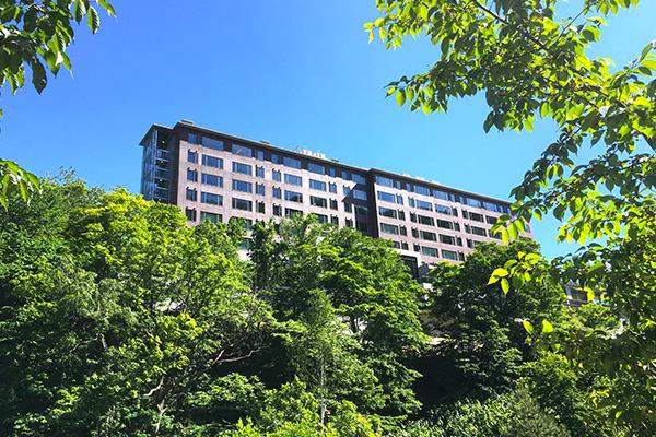 【株式会社オーシャンインターナショナル】当社が採用する高品質光触媒【サガンコート】が、『グランドブリッセンホテル定山渓』に全面導入されています。